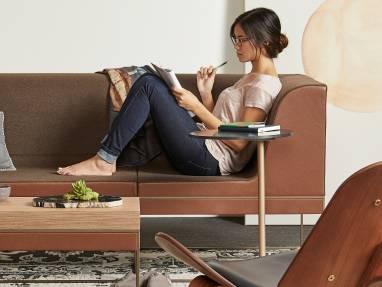 Femme prenant des notes sur un canapé Umami