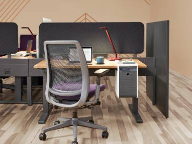 Sarto Screen attached to a Steelcase Migration SE height adjustable desk with Dash Task Light and Amia Air chair