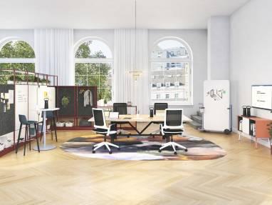Espace de réunion lumineux pour collaborer avec des collègues à distance ou présents au bureau.