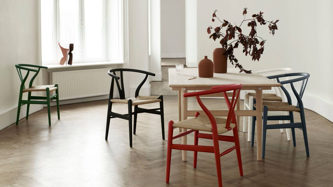 Dining space equipped with Carl Hansen & Son Wishbone Chair CH24 in matte colors