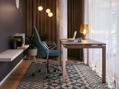 Frame One Desk und Massaud Conferece Chair