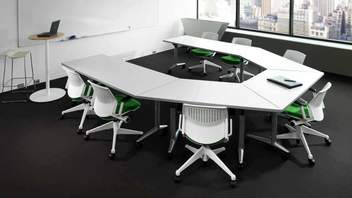 Conference room equipped with white Steelcase Kart Chairs, Coalesse Vecta Akira tables and whiteboards