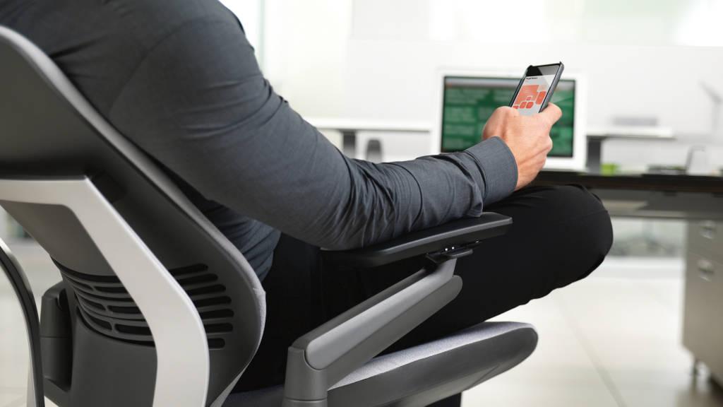 Hombre sentado en una silla de oficina Gesture