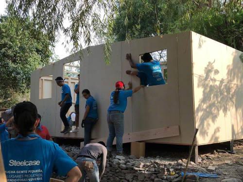 Des bénévoles de Steelcase construisent une maison à Monterrey